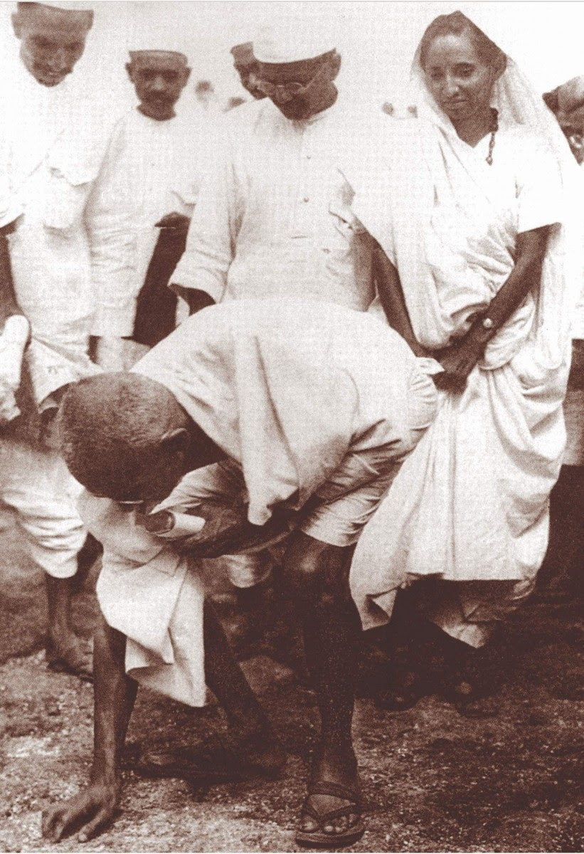 Gandhi collecting salt on the Gujarat coast